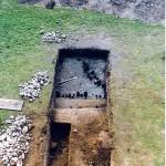 Badnia archeologiczne w 2003 r. Odsłonięty fragment przyczółka  mostu drewnianego.