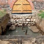 Badania archeologiczne w 2005 r. Konstrukcja glinianego wału otaczającego mury
