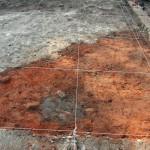 Badania archeologiczne w 2007 r. Odsłanianie fundamentów wieży. Ślady palowania gruntu